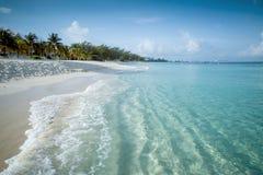 在一个热带海岛上的天堂海滩 库存图片