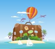 在一个热带海岛上的巨大的手提箱。 库存照片