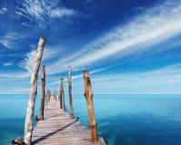 在一个热带海岛上的木码头 免版税库存图片