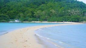 在一个热带海岛上的海海浪晴天 热带的海岛 库存图片
