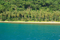在一个热带海岛上的海滩 免版税库存图片