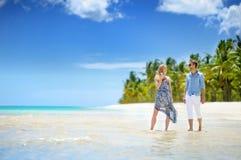 在一个热带海岛上的年轻夫妇 图库摄影