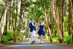 在一个热带海岛上的年轻夫妇 库存照片