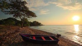 在一个热带海岛的岸的渔船 酸值张 股票录像