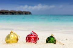 在一个热带海滩地点的圣诞树球 库存照片