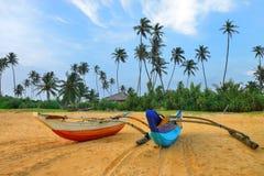 在一个热带海滩的渔船 免版税库存照片