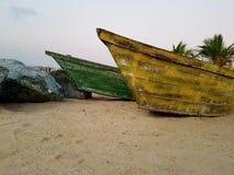 在一个热带海滩的老渔船 库存照片