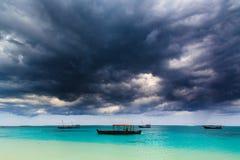 在一个热带海滩上的黑暗的暴风云 免版税库存图片