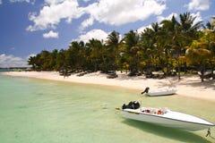 在一个热带海滩前面的小船 免版税图库摄影