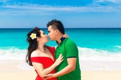 在一个热带海滩的亚洲夫妇 婚礼和蜜月概念 库存图片
