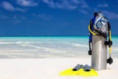 在一个热带海滩的佩戴水肺的潜水设备 库存图片