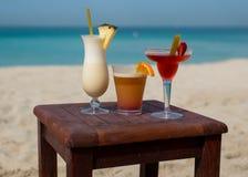 在一个热带海滩的冷的鸡尾酒 库存照片