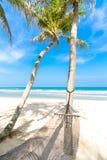 在一个热带海滩的吊床 免版税库存图片