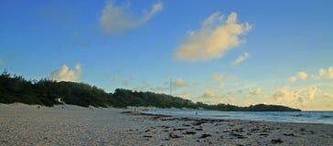 在一个热带海滩的太阳上升 免版税库存照片