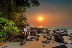 在一个热带海滩的夫妇 免版税库存照片