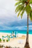 在一个热带海滩的婚礼在蓝色 愉快的新郎和增殖比 免版税图库摄影