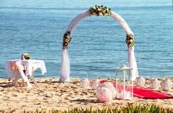 在一个热带海滩的婚礼在蓝色 免版税库存照片
