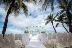 在一个热带海滩的婚礼设置 免版税库存照片