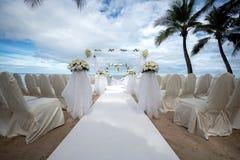 在一个热带海滩的婚礼设置 库存照片