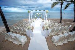 在一个热带海滩的婚礼设置 库存图片