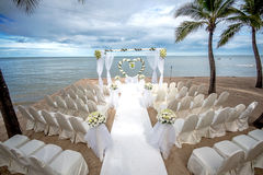 在一个热带海滩的婚礼设置 免版税库存图片