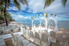在一个热带海滩的婚礼设置 免版税图库摄影
