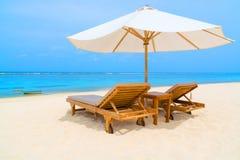 在一个热带海滩的室外躺椅 免版税库存照片