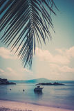 在一个热带海滩的小船在Curieuse海岛塞舌尔群岛 免版税图库摄影