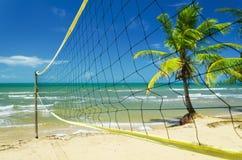 在一个热带海滩的排球网 库存照片