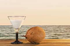 在一个热带海滩的新鲜的椰子鸡尾酒在日落期间 库存图片
