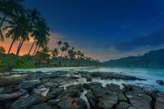 在一个热带海滩的日出 免版税图库摄影
