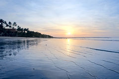 在一个热带海滩的日出 免版税库存图片
