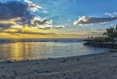 在一个热带海滩的日落- HDR 免版税库存照片