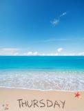 在一个热带海滩的星期四在云彩下 库存照片