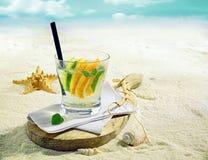 在一个热带海滩的杜松子酒或伏特加酒鸡尾酒 图库摄影