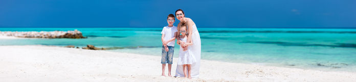 在一个热带海滩的母亲和孩子 库存照片