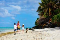 在一个热带海滩的母亲和孩子 免版税库存照片