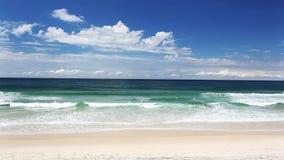 在一个热带海滩的波浪 股票录像