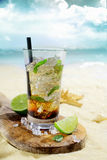 在一个热带海滩的浪姆鸡尾酒 免版税库存照片