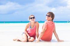 在一个热带海滩的浪漫恋人假期。 免版税图库摄影