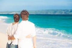 在一个热带海滩的浪漫恋人假期。 免版税库存照片