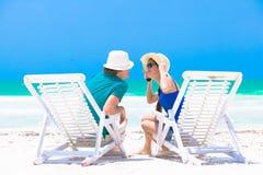 在一个热带海滩的浪漫恋人假期。 免版税库存图片