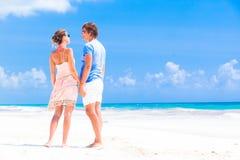 在一个热带海滩的浪漫恋人假期。 库存照片