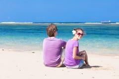 在一个热带海滩的浪漫恋人假期。 库存图片