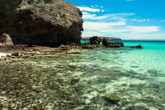 在一个热带海滩的清楚的水 免版税库存照片