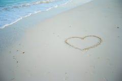 在一个热带海滩的白色沙子绘的心脏 库存照片