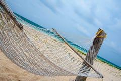 在一个热带海滩的空置吊床 免版税库存照片