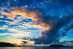 在一个热带海滩的美好的日落。 免版税图库摄影