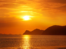 在一个热带海滩的美好的日落在泰国 库存照片
