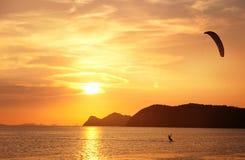 在一个热带海滩的美好的日落在泰国 免版税库存照片